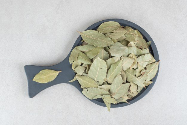 https://www.freepik.com/free-photo/dried-green-bay-leaves-wooden-plate_11624356.htm#query=bay%20leaf&position=8